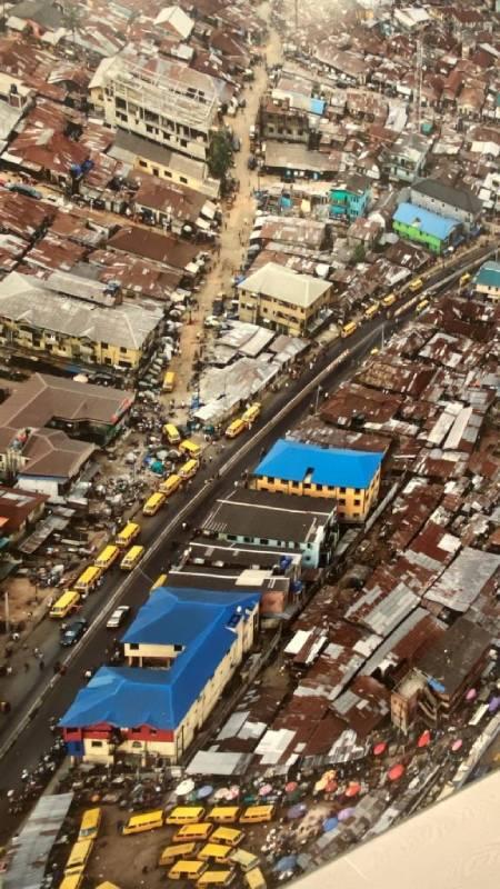 Incrocio al mercato di Mushin, Lagos, Nigeria, 2016. Una delle foto più belle alla mostra Anthropocene al  Mast di Bologna
