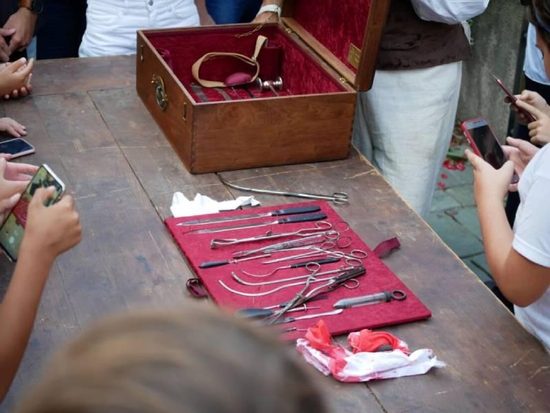 strumenti chirurgici dell'epoca