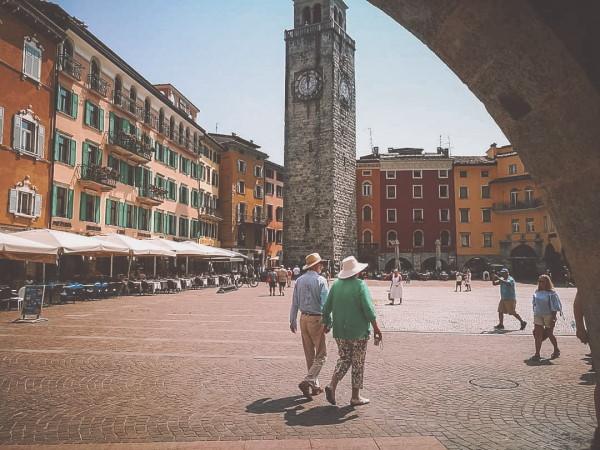 turisti a passeggio a Riva