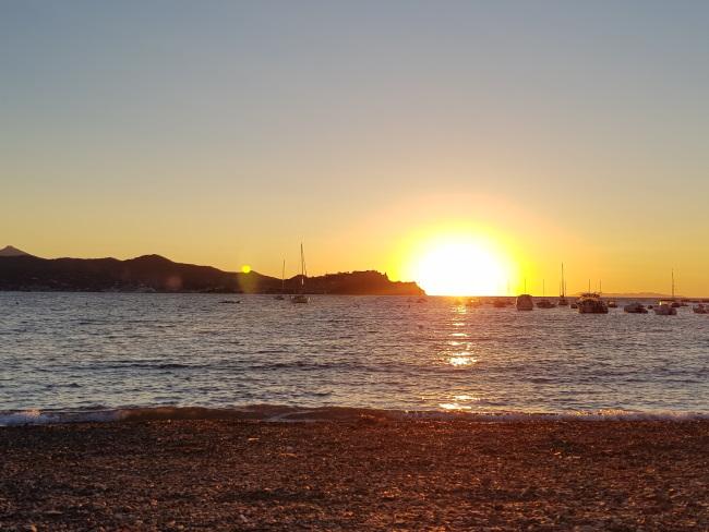 cose da fare all'Isola d'Elba: tramonto dalla spiaggia di Bagnaia