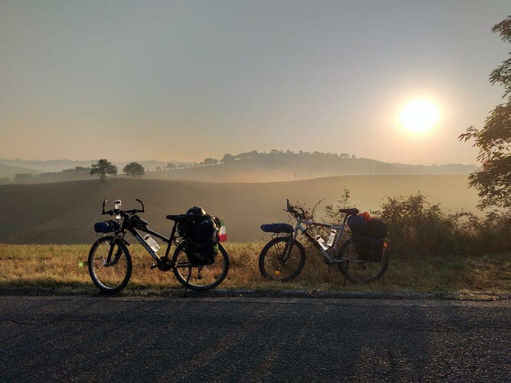 Vista sulle colline della Toscana, anche le nostre bici hanno bisogno di una sosta