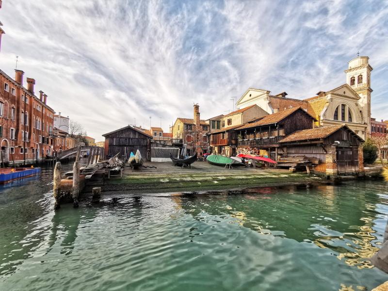 cosa fare gratis a Venezia: osservare la riparazione delle gondole