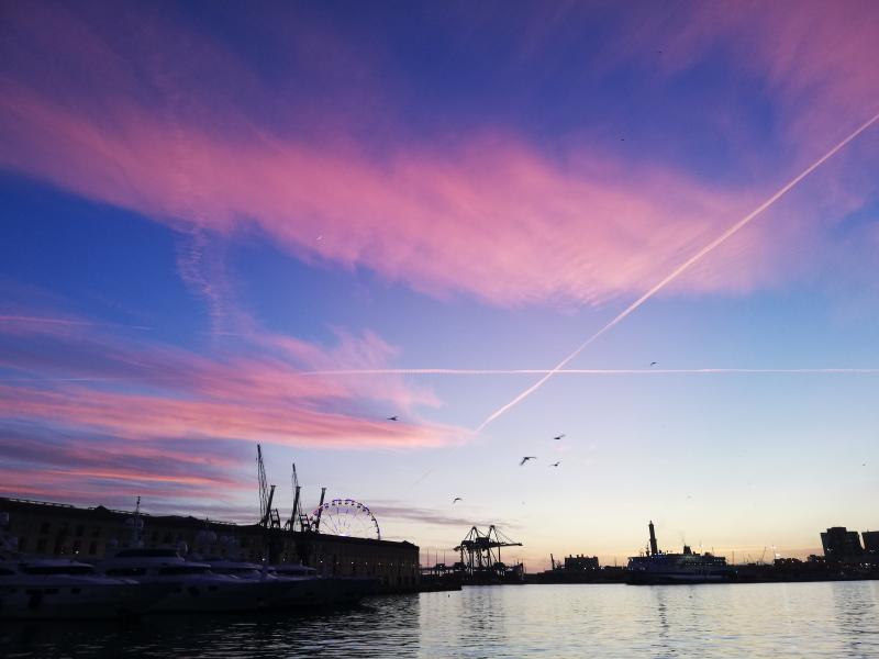 Genova, cosa vedere: vista sulla Lanterna dall'Isola delle chiatte